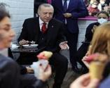 Başkan Erdoğan vatandaşlarla dondurma yedi, sohbet etti