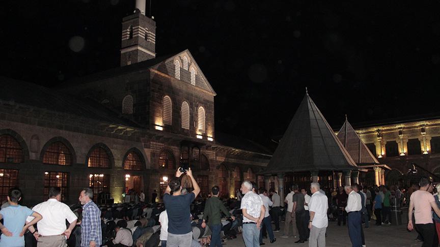 Diyarbakır'da  taraihi Ulu Camii, Kadir Gecesi'nde doldu taştı