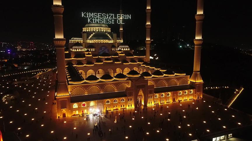 Kadir Gecesi'nde vatandaşlar Büyük Çamlıca Camii'ne camiye akın etti