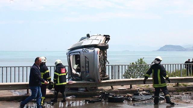 Takla atan hafif ticari araç köprü korkuluğunda asılı kaldı