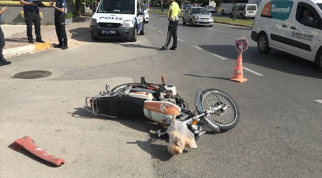 Trafik kontrolünden kaçmaya çalışan motosikletli polise çarptı: 2 yaralı