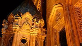 Ecdat yadigarı İshak Paşa Sarayı yeni ve güçlü aydınlatma sistemi ile ışıl ışıl