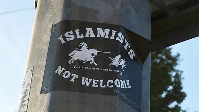 İngiltere'nin Essex bölgesinde caddelere İslam karşıtı afişler asıldı