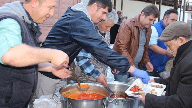 Bilecik'in Küçükelmalı köyünde iftar vermek için birbirleriyle yarışıyorlar