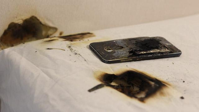 Başucuna koyduğu telefonunun bataryası patlayınca çift dehşeti yaşadı