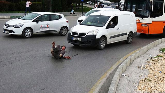 Trafikte şoke eden olay! Kaplumbağa kostümü ile araçların önüne atlayıp...