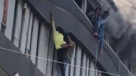 Hindistan'da eğitim merkezinde yangın faciası!  Öğrenciler yanmamak için camlardan aşağı atladı