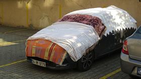 Maltepe'de otomobil sahipleri dolu yağışına önlem olarak, araçlarının üzerine battaniye serdi