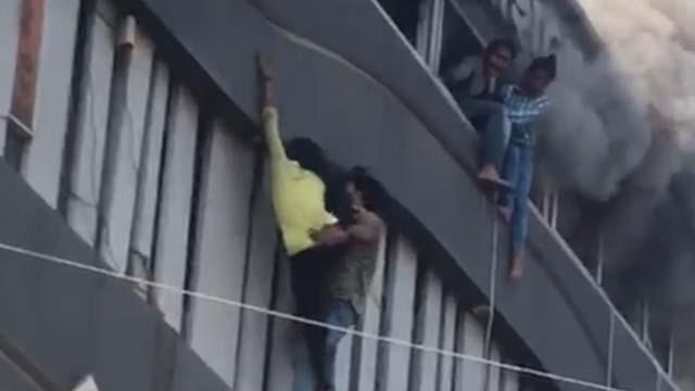 Hindistan'da eğitim merkezinde yangın faciası! Yanmamak için camlardan aşağı atladılar