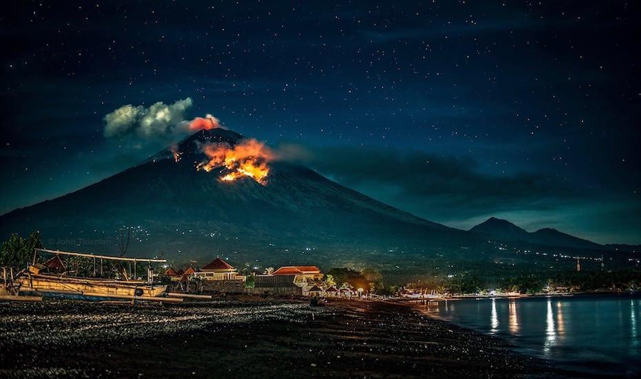 Endonezya'daki Agung Yanardağı patladı, uçuşlar iptal edildi