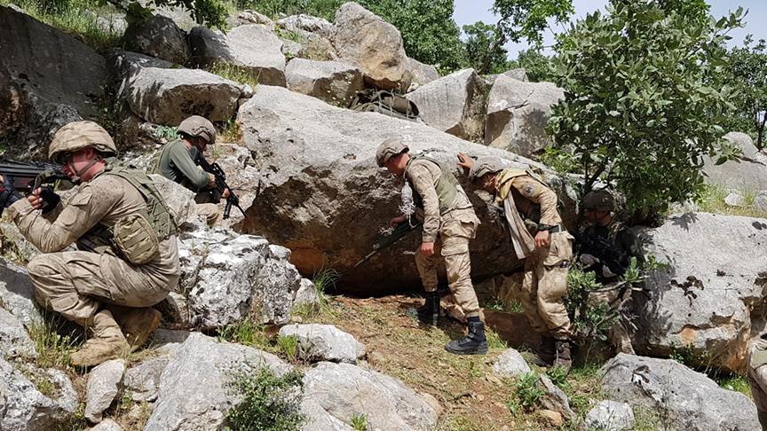 PKK'lı teröristlerin toprağa gömdüğü silahlar bulundu