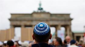 Alman yetkili Yahudileri kamusal alanda takke takmanın tehlikelerine karşı uyardı