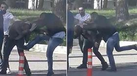 Üniversite kampüsünde genç kızın fotoğrafını çeken adamı dövdüler, linç edilmekten polis kurtardı