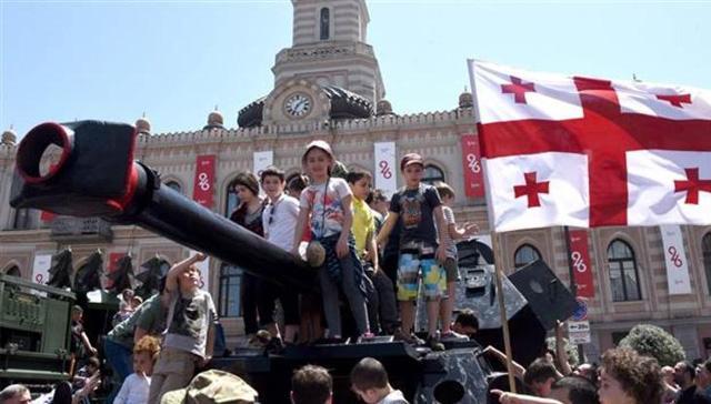 Gürcistan'da 'bayrak krizi' bakanı görevinden etti