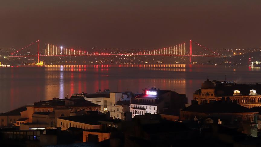 İki köprü sarı kırmızıya büründü