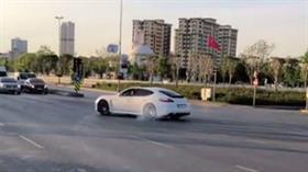 Maganda sürücü tehlike saçtı!  Lüks aracıyla yol kesip drift yaptı