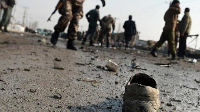 Afganistan'da personel taşıyan araca yerleştirilen bombanın patlatılması sonucu 10 kişi yaralandı
