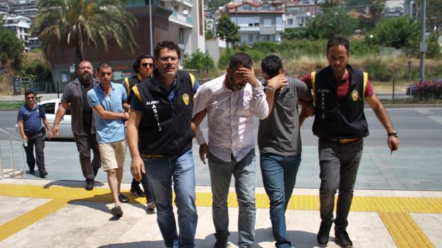 50b4f9ad136 Antalya'da 3 kişi otomobilin lastiğini patlatıp, yardım bahanesiyle  araçtaki 200 bin TL çaldı