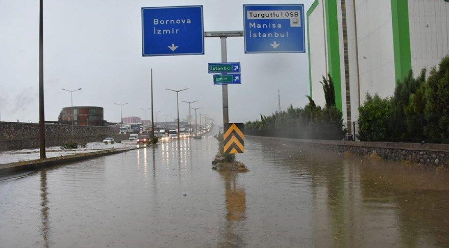 Sağanak yağış dakikalar içinde caddeleri göle çevirdi