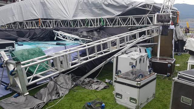Karabük'te mezuniyet töreni için kurulan konser sahnesinin yıkılması sonucu 2 kişi yaralandı