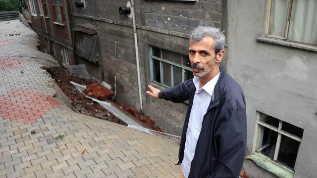 Kocaeli'de aşırı yağmur sonucu binanın istinat duvarı çöktü, 23 hane boşaltıldı