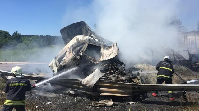 TEM Otoyolu'nda 3 araç yandı, İstanbul-Ankara yönü ulaşıma kapandı