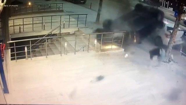 Üsküdar'da takla atan araç kaldırıma düştü, yayalar son anda kurtuldu