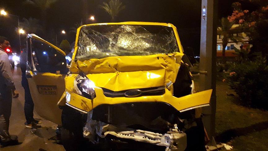 Tur midibüsüyle minibüs taksi çarpıştı: 1 ölü, 7 yaralı