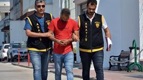 Adana'da evinin önünde oturan kadının elindeki cep telefonunu çaldı