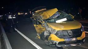 Çanakkale'de terhis olan askerleri taşıyan taksinin kamyona çarpması sonucu 6 kişi yaralandı