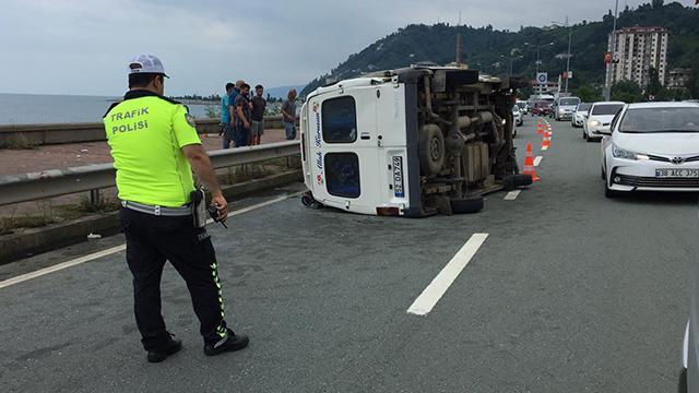 Rize'de minibüsün bariyerlere çarpması sonucu 11 kişi yaralandı