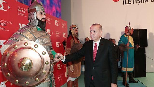 Başkan Erdoğan, 16 Türk devletini simgeleyen askerlerin ellerini tek tek sıktı