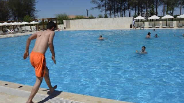 Havuza kafa üstü dalış yapan genç ağır yaralandı