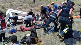 Van'da kaçak göçmenleri taşıyan minibüs takla attı: Ölü ve yaralılar var