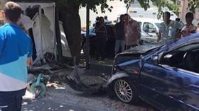 İzmir'de otomobilin otobüs durağına dalması sonucu 2 kişi yaralandı