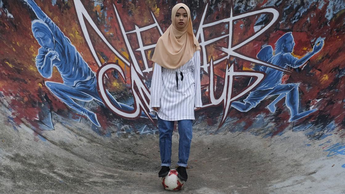 Malezyalı kadın futbolcu sıra dışı tarzıyla ilgi görüyor