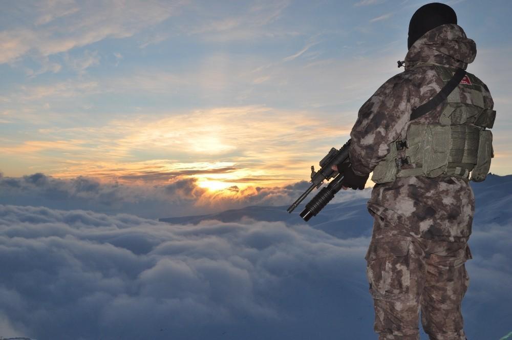 Ülkenin huzur ve güvenliği için baba oğul omuz omuza vatan nöbetinde