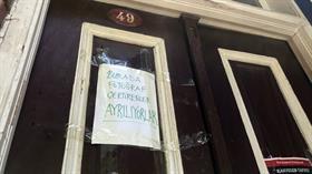 Kuzguncuk'ta evinin önünde fotoğraf çektiren gelin-damatlar ev sahibini canından bezdirdi