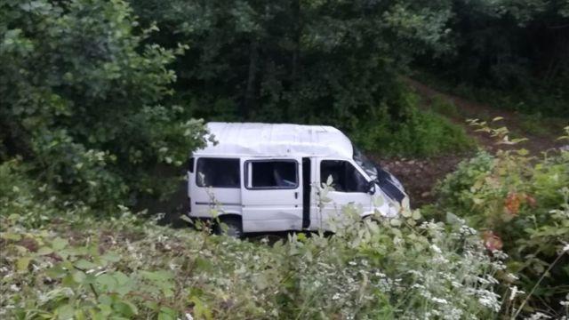 Giresun'da minibüs dereye yuvarlandı: 13 yaralı