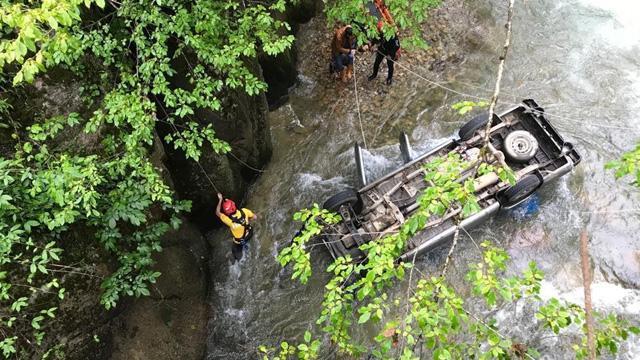 Rize'de bir aracın köprüden dereye düşmesi sonucu 2 kişi yaralandı