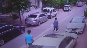 Esenyurt'ta şoke eden olay kamerada: Sokakta yürüyen kadının telefonunu böyle çaldı