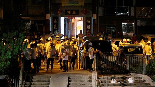 Hong Kong'da maskeli bir grup protestoculara saldırdı