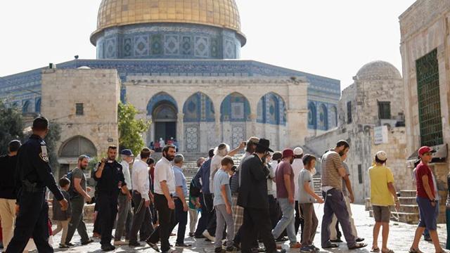 Fanatik Yahudiler, işgalci İsrail polisinin korumasında Mescid-i Aksa'ya baskın düzenledi