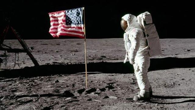 Ay'a ayak basılan anın görüntüleri 1,8 milyon dolara alıcı buldu