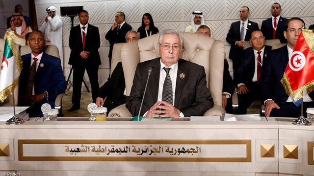 Cezayir'de geçici Cumhurbaşkanı Abdulkadir bin Salih, 5 üst düzey askeri yetkilinin görevine son verdi
