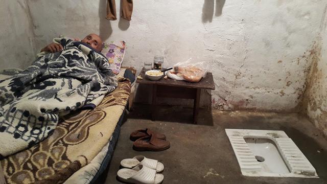 Tuvalette yaşayan zihinsel engelli yaşlı adama sosyal medya piyangosu