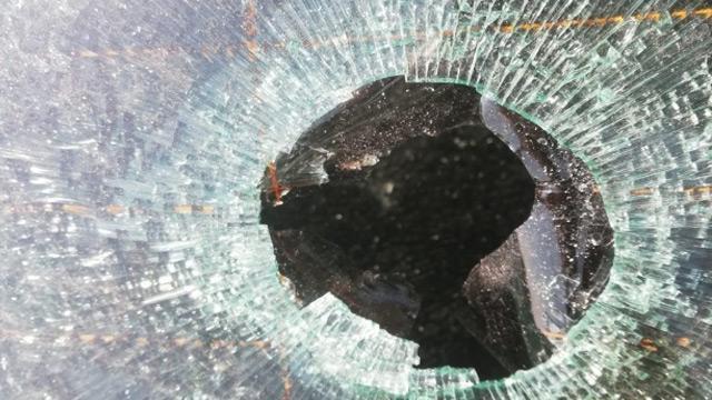 Adana'da havadan düşen yorgun mermi otomobilin camına zarar verdi