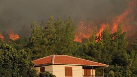 Urla'daki orman yangınına 5 helikopter ve 30 arazözle müdahale ediliyor