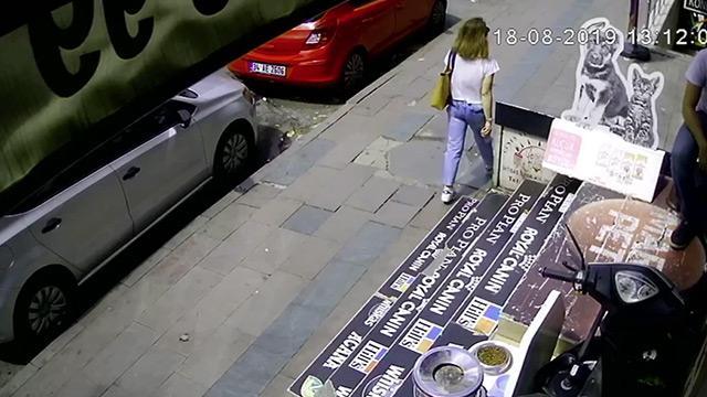 Kaldırımda yürüyen kadının üzerine düştü