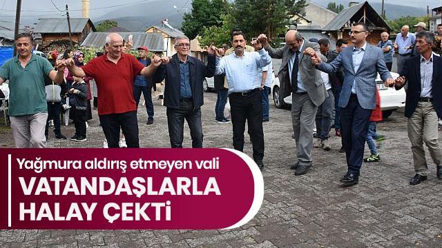 Ardahan Valisi Mustafa Masatlı, yağmur altında köylülerle halay çekti